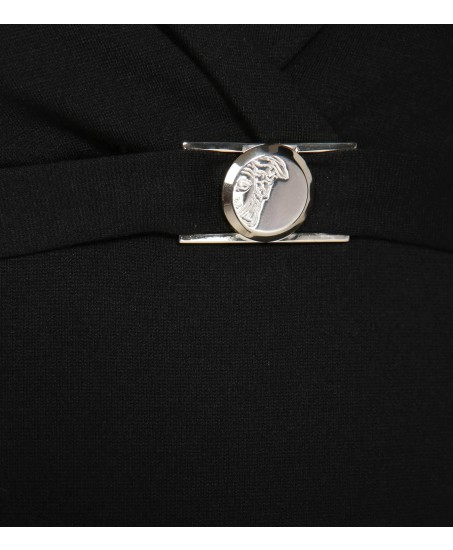 Schwarzes Cocktailkleid mit gestreiften Ärmeln