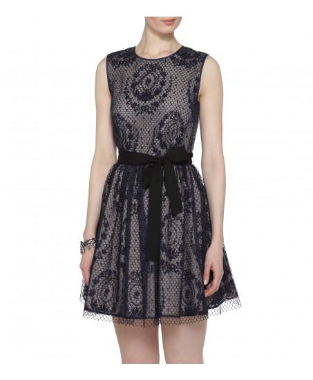 Beigefarbenes Kleid mit blauer Spitze