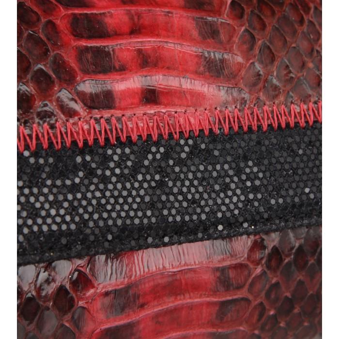 Schmale Clutch aus Schlangenleder in Rot