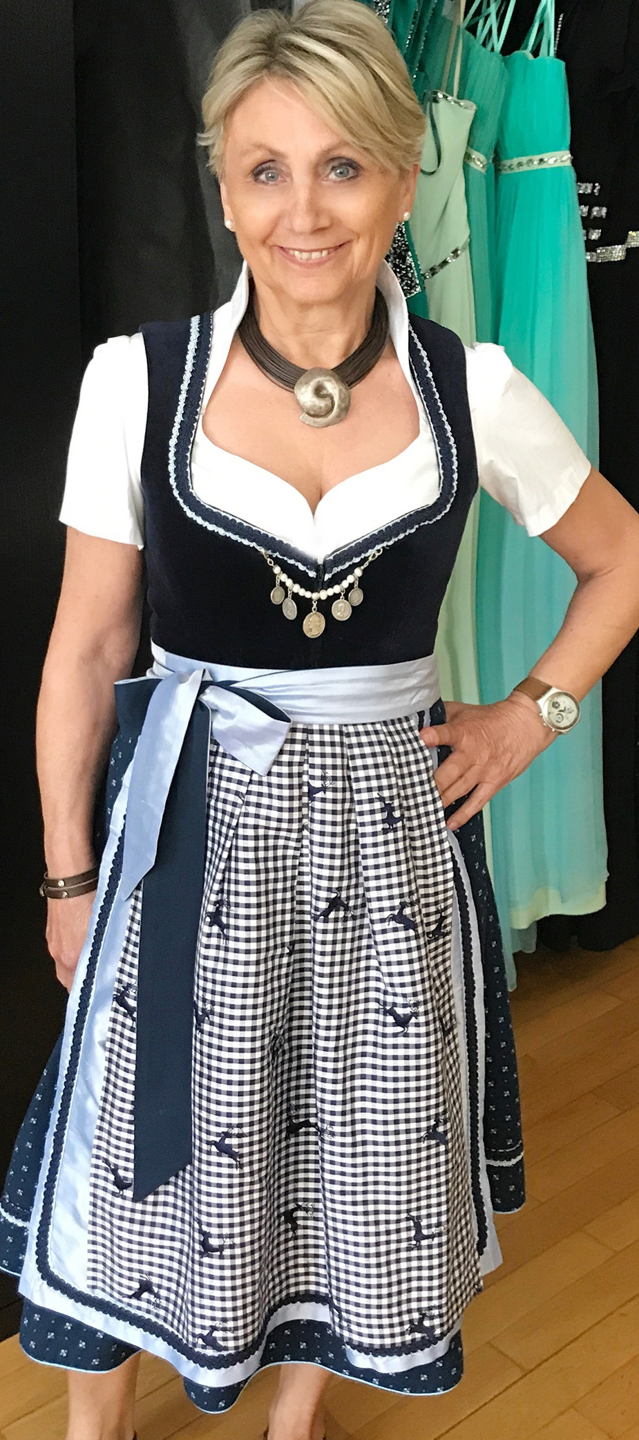 Dirndl Scarlett mit Hirschschürze in Dunkelblau