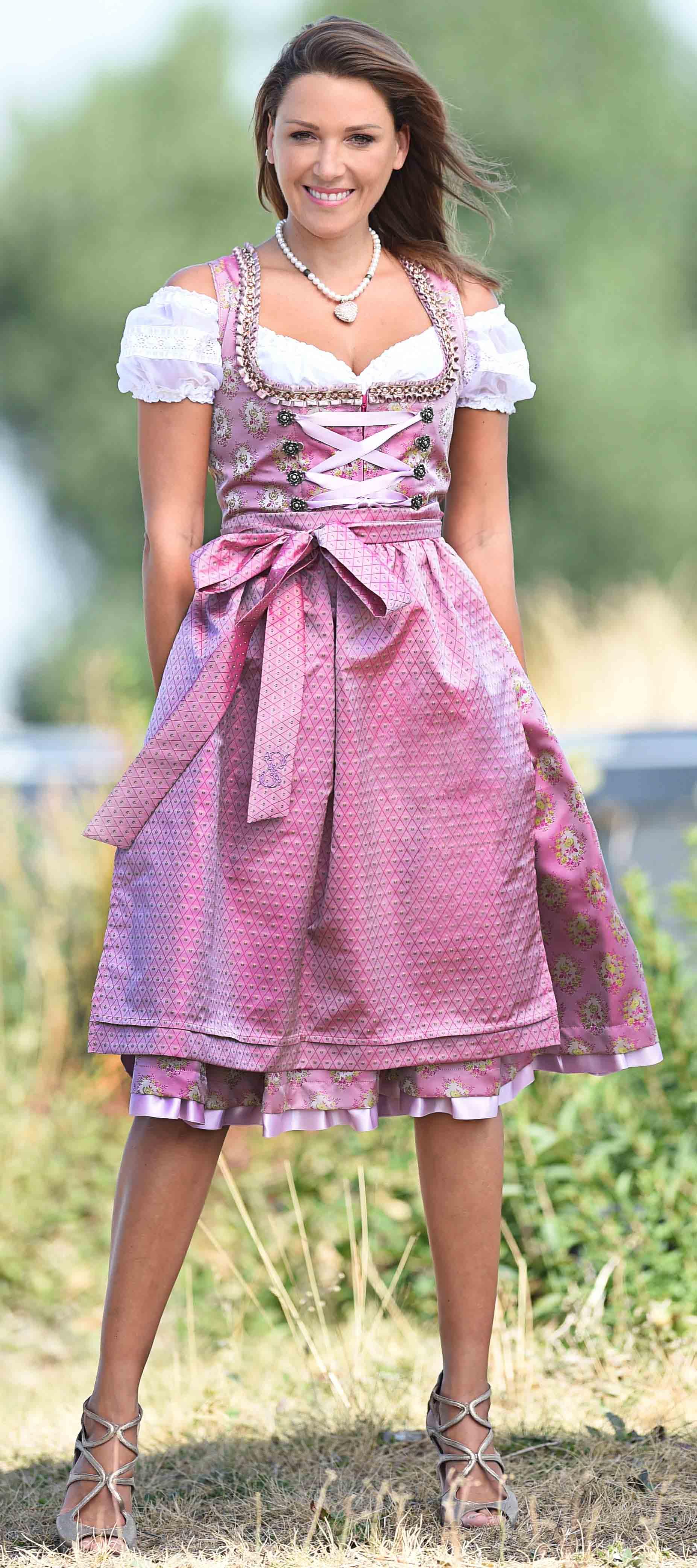 Dirndl in Rosa mit Ornamentmuster