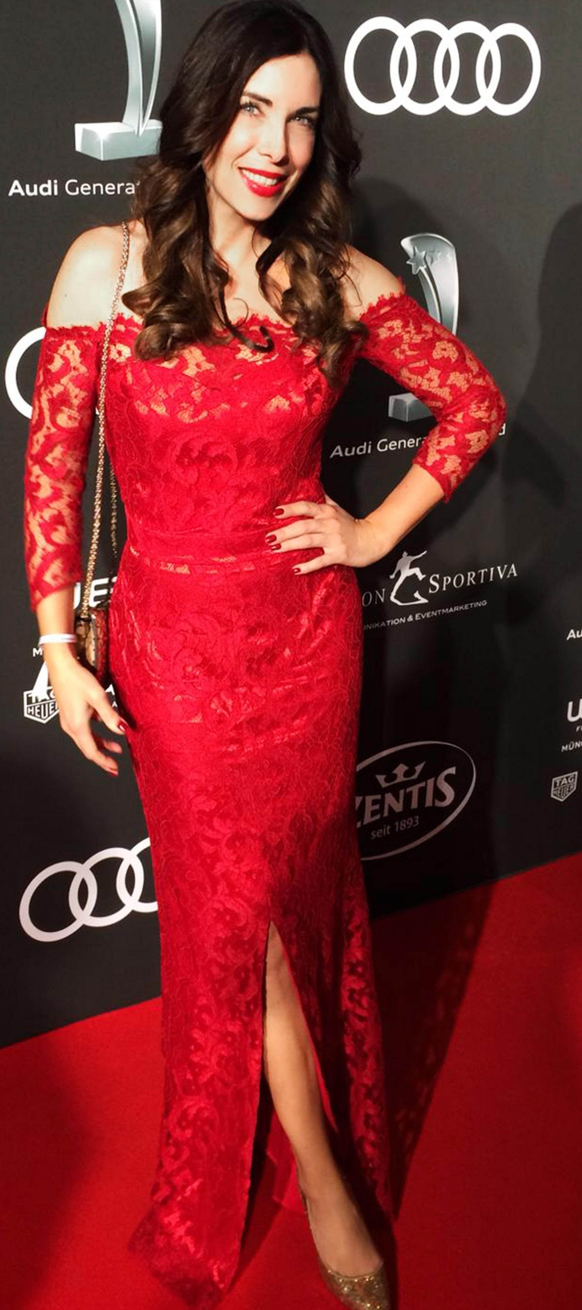 Carmenkleid aus roter Spitze