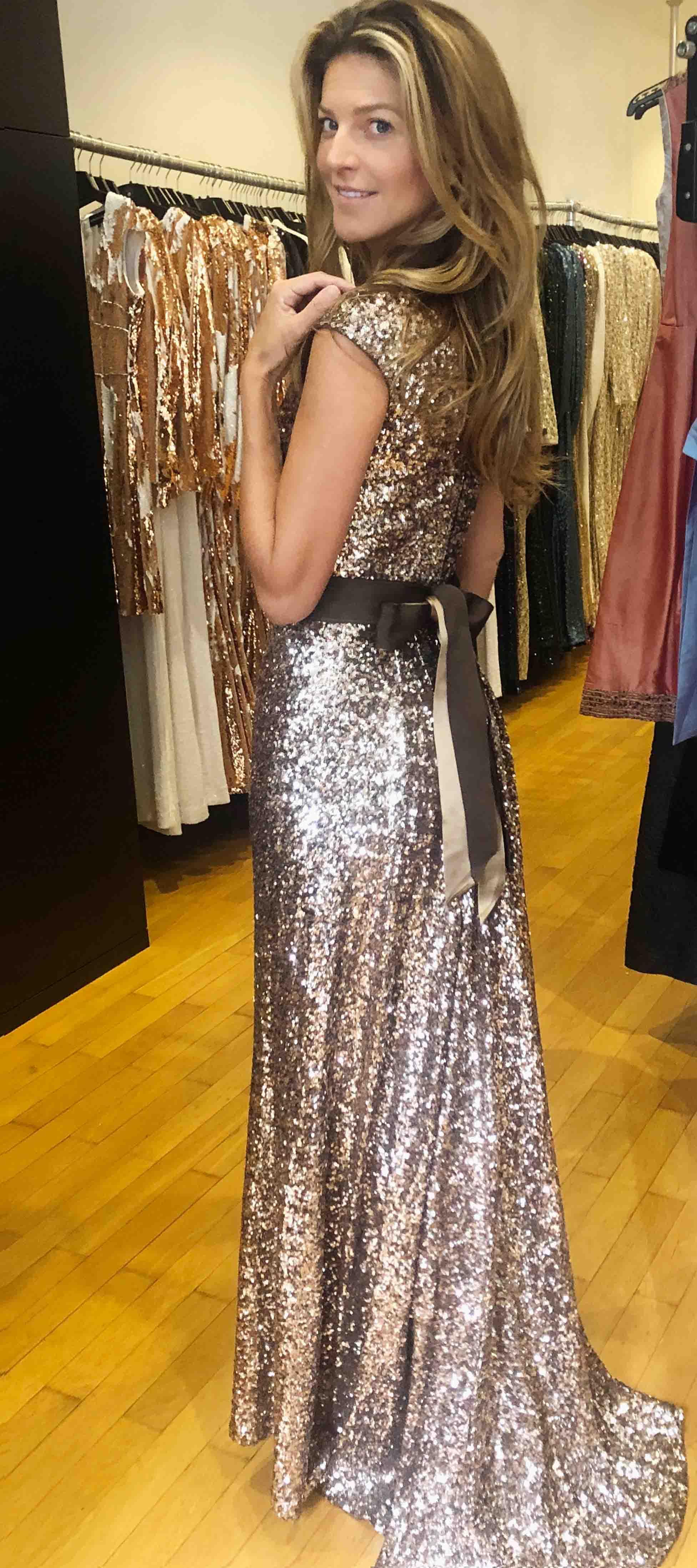 Goldenes Kleid mit Schleife