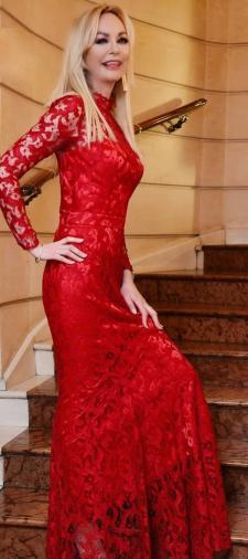 Petra´s Kleid aus roter Spitze
